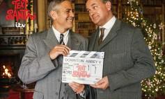 O Τζορτζ Κλούνεϊ στέλνει χριστουγεννιάτικες ευχές από το σετ του «Downton Abbey»