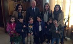 Στο Δήμαρχο Ηρακλείου για τα κάλαντα μαθητές του 6ου Δημοτικού και από τη 'Χώρα των παραμυθιών'