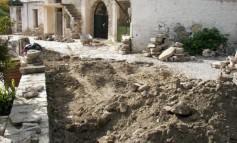 Ανακατασκευάζεται επιτελούς το πλακόστρωτο στο δρόμο έξω από την εκκλησία των Αγίων Δέκα