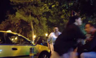 Άγριο ξύλο ταξιτζήδων με γυναίκες για μια θέση πάρκινγκ