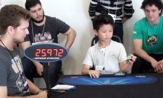 Απίστευτο: Επτάχρονος λύνει τον κύβο του Ρούμπικ με το ένα χέρι