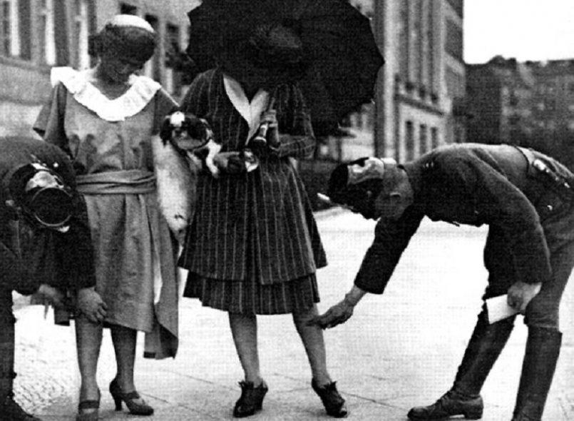 Ο δικτάτορας Θεόδωρος Πάγκαλος απαγορεύει στις γυναίκες να φοράνε κοντά φουστάνια όταν βγαίνουν έξω. Το στρίφωμα δεν πρέπει να απέχει από το έδαφος περισσότερο των 30 εκατοστών