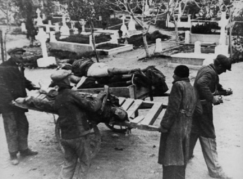 Η πείνα θερίζει στην κατοχική Ελλάδα και σε συνδυασμό με τις πολύ άσχημες καιρικές συνθήκες προκαλεί χιλιάδες θύματα ανάμεσα στον αστικό, κυρίως, πληθυσμό της χώρας. Μέχρι τα μέσα του 1942 οι νεκροί θα φτάσουν τις 200.000