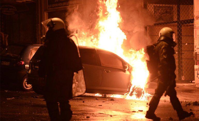 Φωτιές και μολότοφ το σκηνικό στα Εξάρχεια