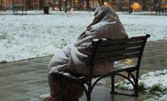 Εκλεισαν κέντρο φιλοξενίας στην Αθήνα αφήνοντας άστεγο στο χιόνι
