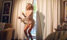 Kate Upton παίζει... φορώντας μόνο τα απαραίτητα!