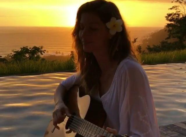 Η Ζιζέλ τραγουδάει παίζοντας κιθάρα και γίνεται χαμός στο Instagram