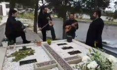 Τον τίμησαν με λύρα και μαντινάδες πάνω στον τάφο του