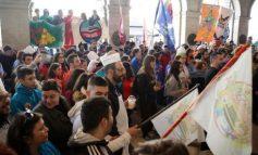 Χιλιάδες Ηρακλειώτες και επισκέπτες ξεχύθηκαν στους δρόμους για την Καστρινή Αποκριά