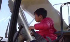4χρονος χειρίζεται τον εκσκαφέα σαν επαγγελματίας