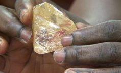 Ιερέας στη Σιέρας Λεόε ανακάλυψε διαμάντι 706 καράτια