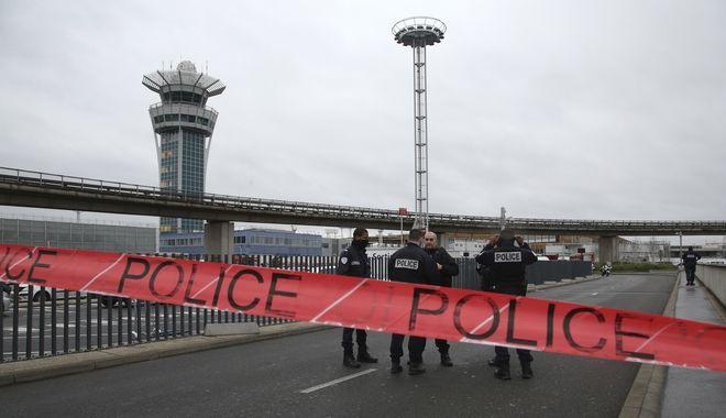 Στη δημοσιότητα φωτογραφίες του δράστη να κείτεται νεκρός στο αεροδρόμιο