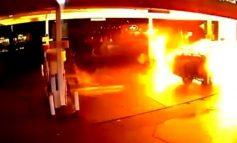 Αυτοκίνητο χτυπάει σε βενζινάδικο και ανατινάζετε