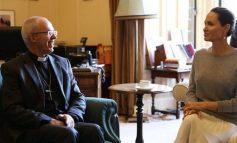 Χαμός: Η Τζολί συναντήθηκε με Αρχιεπίσκοπο αλλά χωρίς σουτιέν