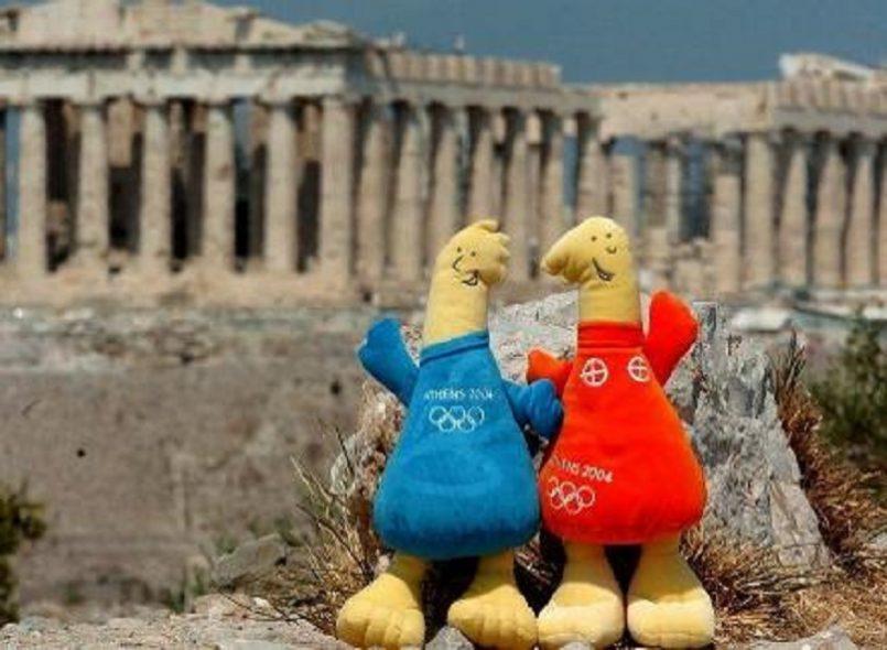 Τα αιώνια παιδιά, ο Φοίβος και η Αθηνά επιλέγονται ως οι μασκότ των Ολυμπιακών Αγώνων της Αθήνας. Δύο κούκλες, ηλικίας τριών χιλιάδων χρόνων, φέρνουν το παρελθόν στο παρόν και στο μέλλον