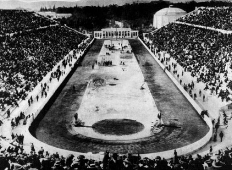 Διοργανώνεται στην Αθήνα η Μεσολυμπιάδα, με αφορμή την επέτειο 10 ετών από την τέλεση των πρώτων σύγχρονων Ολυμπιακών Αγώνων. Παίρνουν μέρος 884 αθλητές από 20 χώρες, ανάμεσά τους 300 Έλληνες και Ελληνίδες. Η διοργάνωση σημειώνει μεγάλη επιτυχία, αλλά δεν επιβιώνει ως θεσμός, επειδή η Ελλάδα δεν αντέχει το οικονομικό κόστος