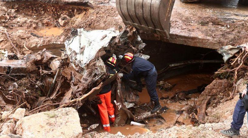 Στους 17 οι νεκροί από τις φονικές πλημμύρες στη Μάνδρα