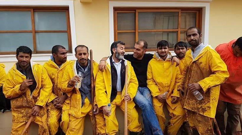 Πακιστανοί μετανάστες βοηθούν τους κατοίκους της Μάνδρας