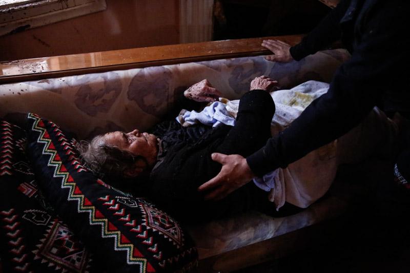 Συγκλονιστικές εικόνες: Η διάσωση ηλικιωμένης γυναίκας μέσα από το σπίτι της