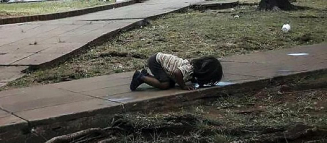 Εικόνα που σοκάρει: Κοριτσάκι ξεδιψάει από λακκούβα με βρώμικο νερό