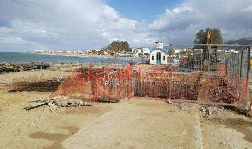 Απίστευτες εικόνες στη Χερσόνησο: Κατασκευάζουν αντλιοστάσιο λυμάτων πάνω στην παραλία!