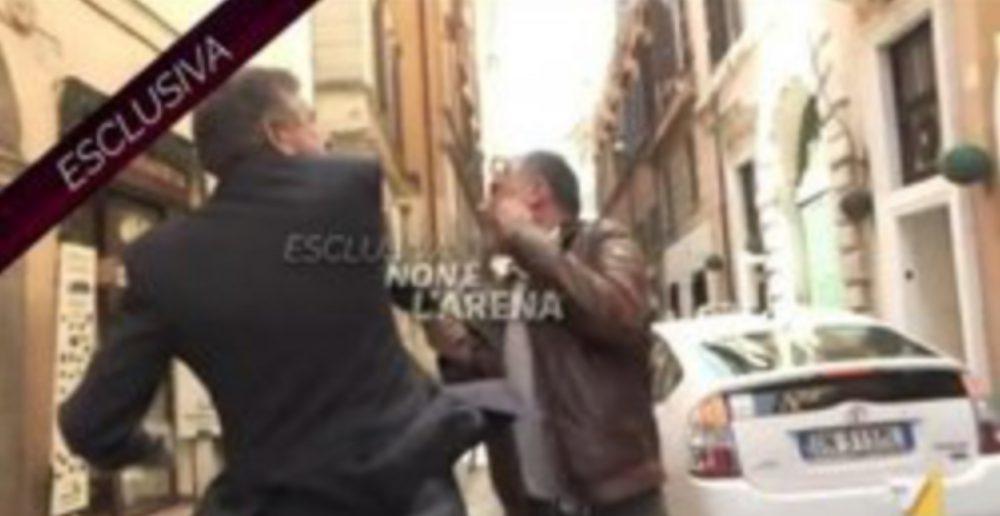 Πολιτικός στην Ιταλία χαστουκίζει δημοσιογράφο on air!