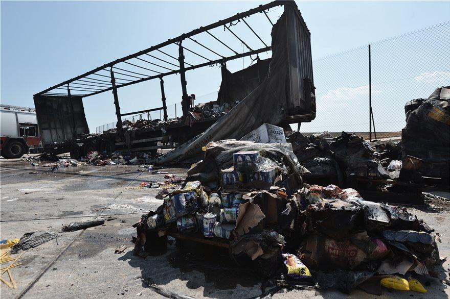 «Ελευθέριος Βενιζέλος»: Βγάζουν καμένες τις νταλίκες από το γκαράζ