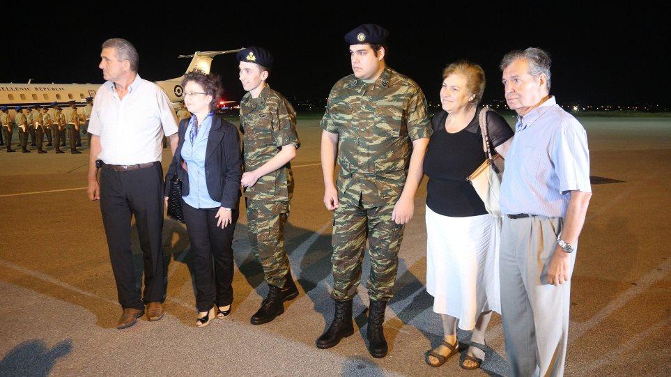 Στην Ελλάδα οι δύο Έλληνες στρατιωτικοί – Κατέβηκαν ένστολοι από το αεροπλάνο