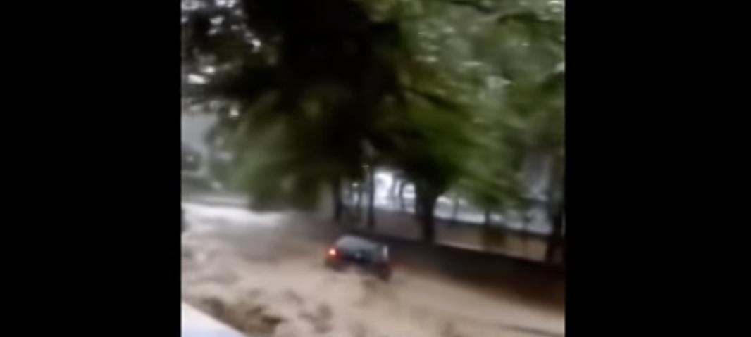 Ορμητικά νερά ποταμού παρασύρουν αυτοκίνητο (vid)