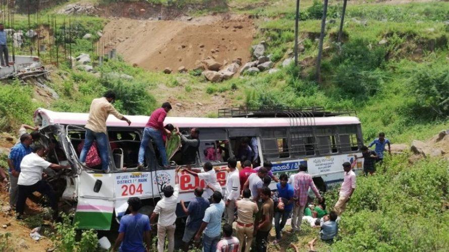 Ινδία: Λεωφορείο έπεσε σε φαράγγι – Τουλάχιστον 55 νεκροί