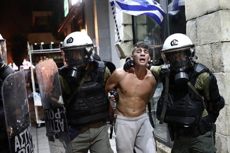 «Πνίγηκε» στα δακρυγόνα η ΔΕΘ – Άγριο ξύλο στους διαδηλωτές