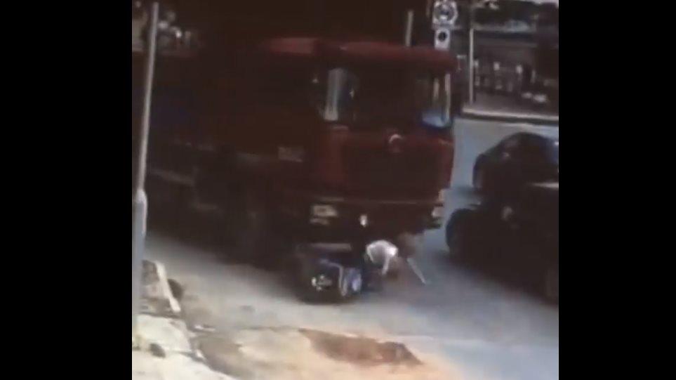 Απίστευτο: Φορτηγό πάτησε οδηγό μηχανής και την έσωσε το κράνος